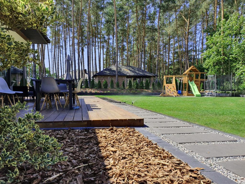 Ogród nowoczesny z placem zabaw.