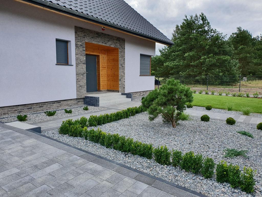 Ogród minimalistyczny. Schody wejściowe do domu.